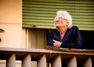 signora al concerto dai balconi