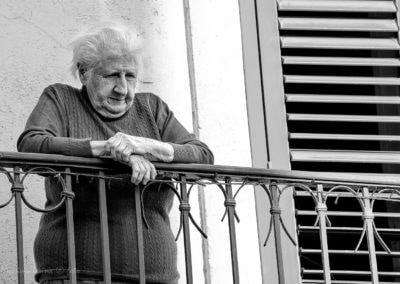 Signora assiste al Concerto dai Balconi